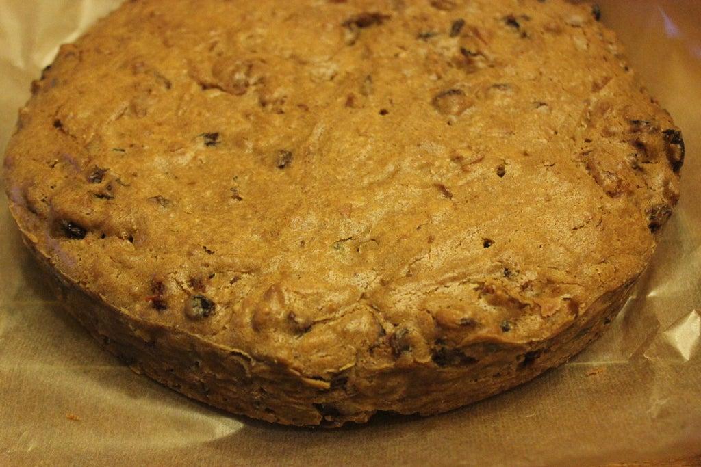 Ароматный кекс с сахарной помадкой и фиалками: выпечка выглядит очень ярко и аппетитно