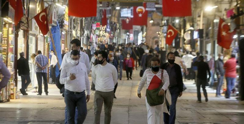 В Турции усилили меры по борьбе с пандемией и ввели масочный режим на пляжах