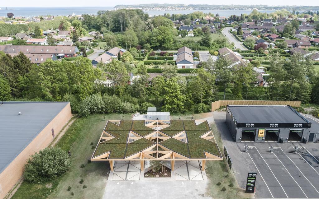 Сразу не поймешь, что за сооружение построили в Дании. На самом деле это заправка для электрокаров