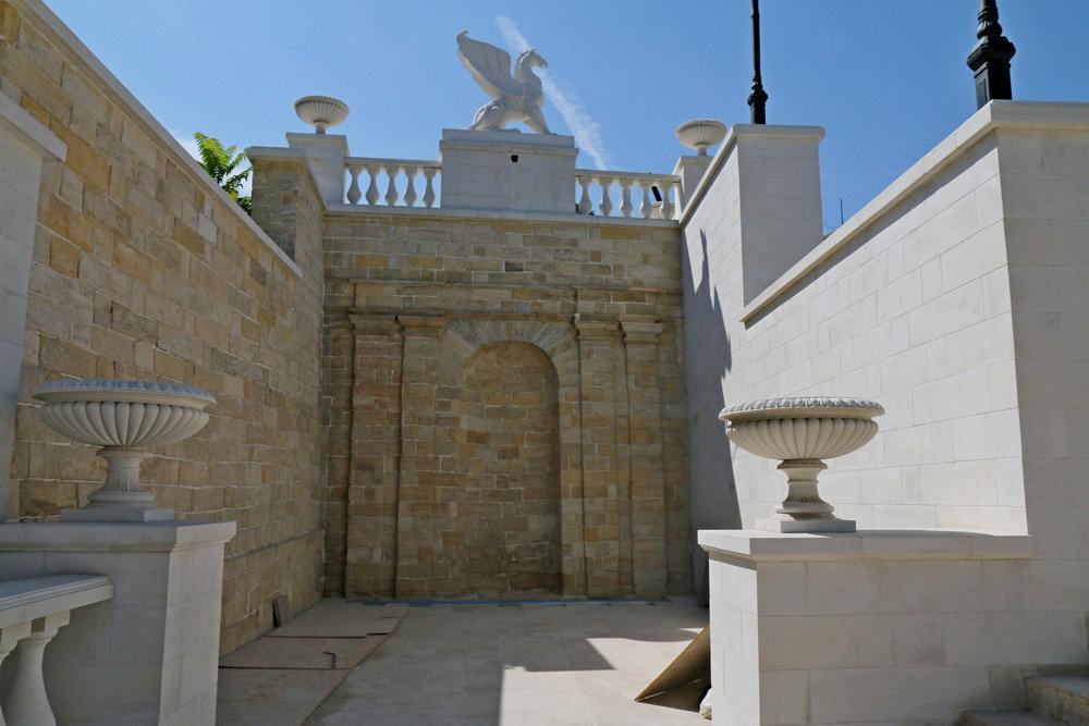 Ультрасовременные и исторические материалы: как проходит реконструкция Митридатских лестниц в Керчи