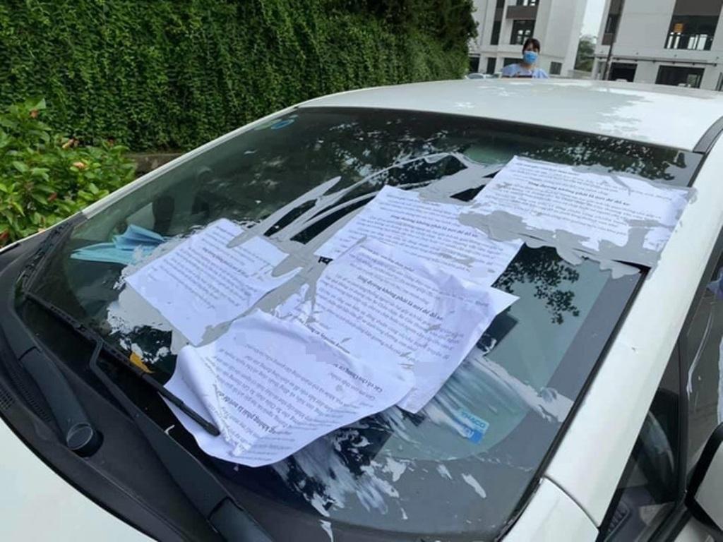 Вьетнам. Устав бороться с недобросовестным водителем, паркующимся в неположенном месте, жители дома приклеили на окна авто послание, которое адресовали его ребенку