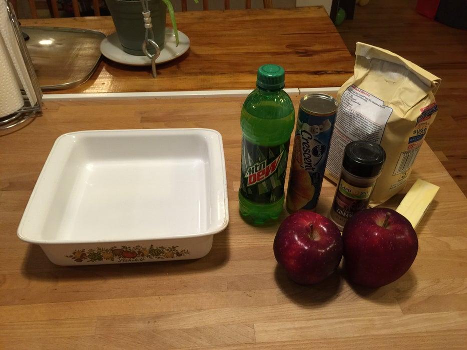 Тесто готовлю на сладкой газировке, а затем заворачиваю в него яблоки: получаются ароматные и очень вкусные булочки к чаю