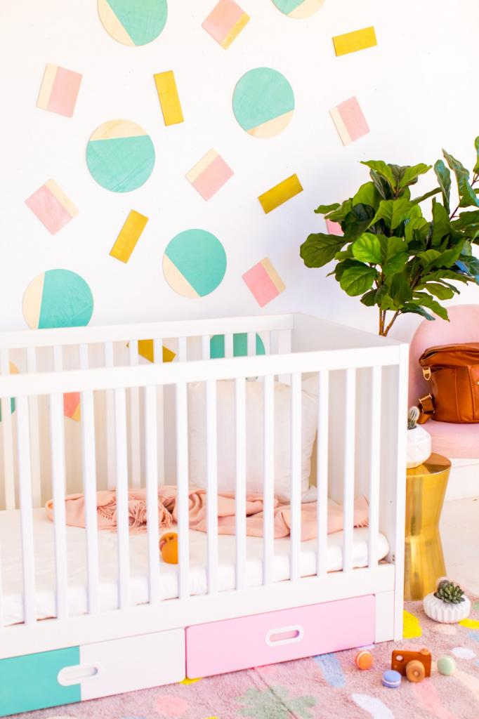 Из кусочка дерева я сделала яркий, разноцветный декор для белой стены в детской. Очень простая идея, можно использовать разные цвета и формы