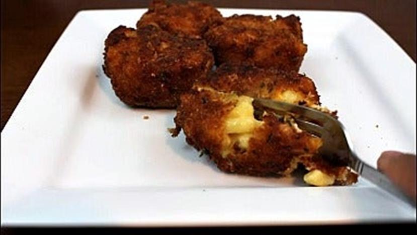 Макаронное блюдо, которое можно брать с собой, как пирожки: легкий рецепт необычного лакомства с сыром и беконом