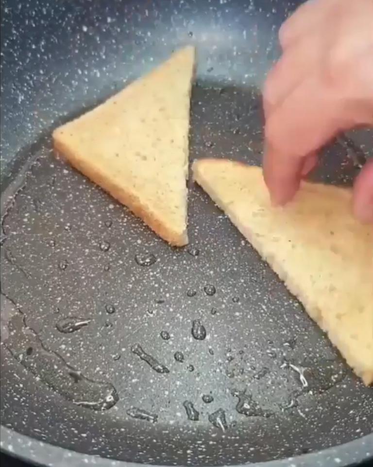 Друг-грузин показал, как жарят яичницу у них: хлеб добавляют прямо на сковороду, а сверху - начинку для бутербродов