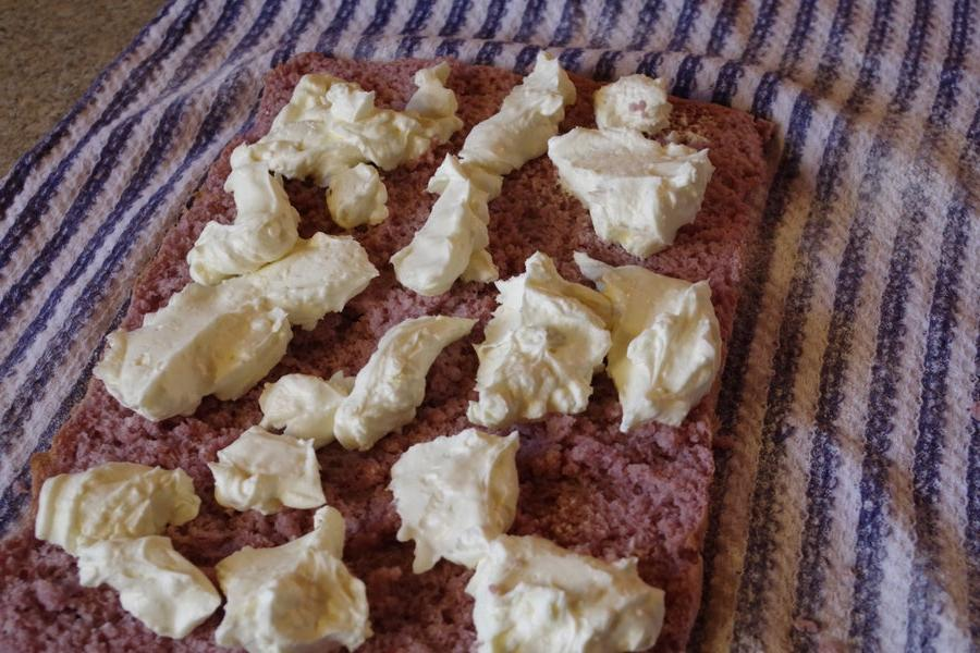 Нежнейший рулет из натуральной малины: простой рецепт с добавлением сыра маскарпоне