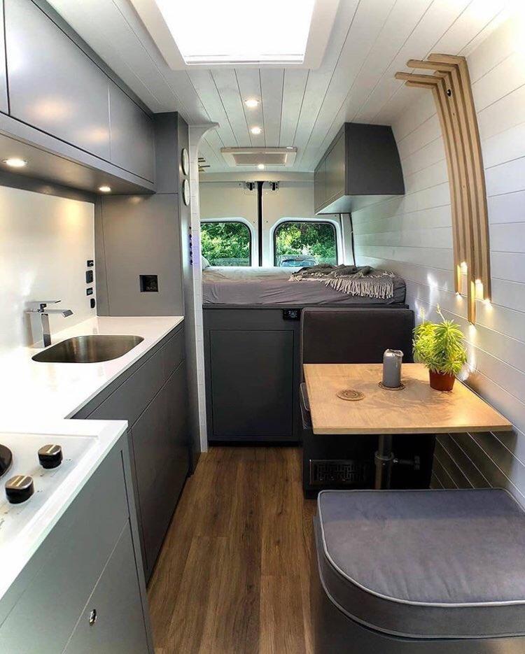 Мужчина превратил фургон в удобный дом на колесах, в котором есть все для комфортной жизни