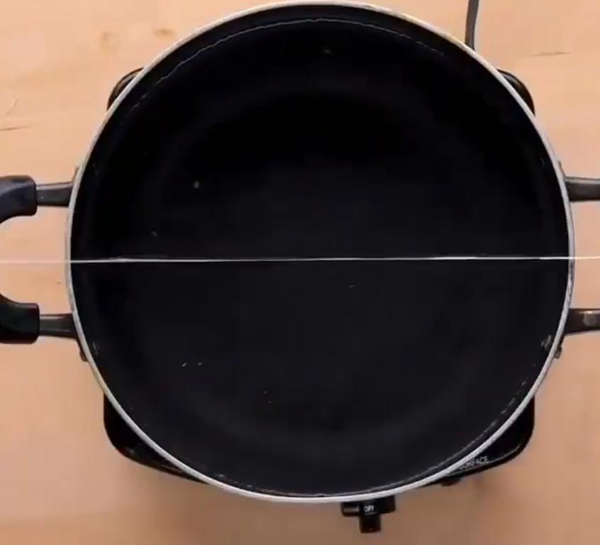 Ленивые вареники на то и ленивые, чтобы не месить тесто: заливаю его в кондитерский мешок и режу ниткой