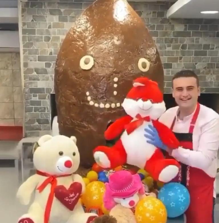 """Будто работает с цементом: турецкий шеф-повар соорудил огромную шоколадную """"упаковку"""" для подарка, а затем открыл ее"""