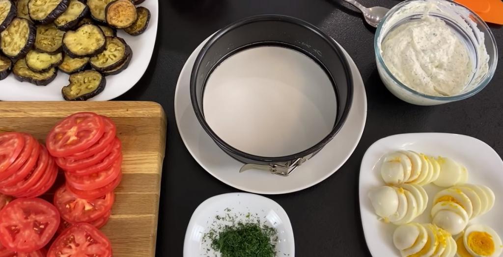 Торт-закуска из баклажанов уходит со стола в первую очередь. Очень вкусное блюдо, да и готовить его проще простого