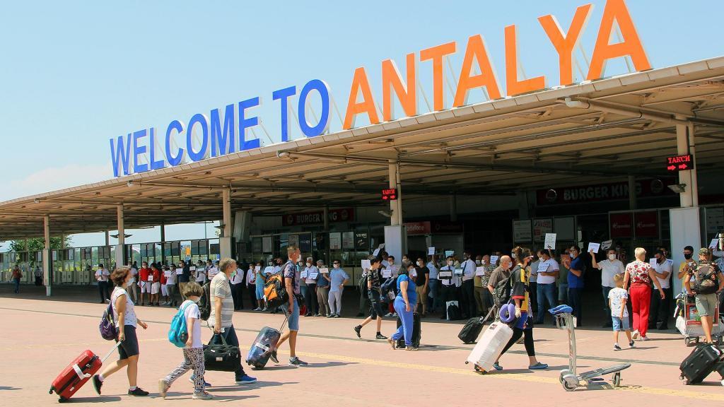 Устали ждать открытия границ: российские туристы рассказали, готовы ли лететь на зарубежные курорты с пересадками