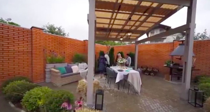 Дровница в виде олимпийских колец и удобный диван. Как выглядит новый дом Евгении Медведевой (фото)