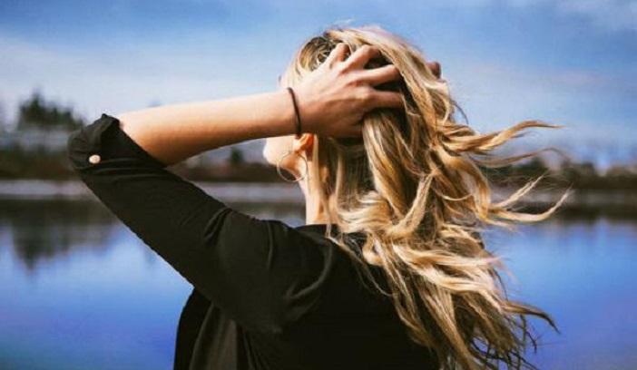 В каком возрасте женщина должна перестать носить длинные волосы и узкие джинсы: результаты опроса меня рассмешили