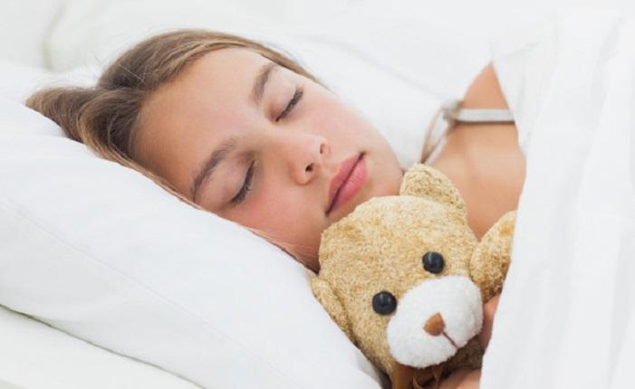 Почему человек не засыпает, пока не обнимет что-то: эта привычка не с детства