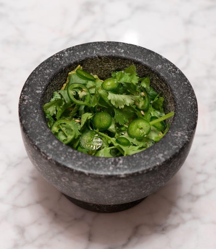 Удалите косточку из авокадо, налейте в углубление бальзамический уксус и сбрызните маслом. 9 простых блюд из авокадо от звездных поваров