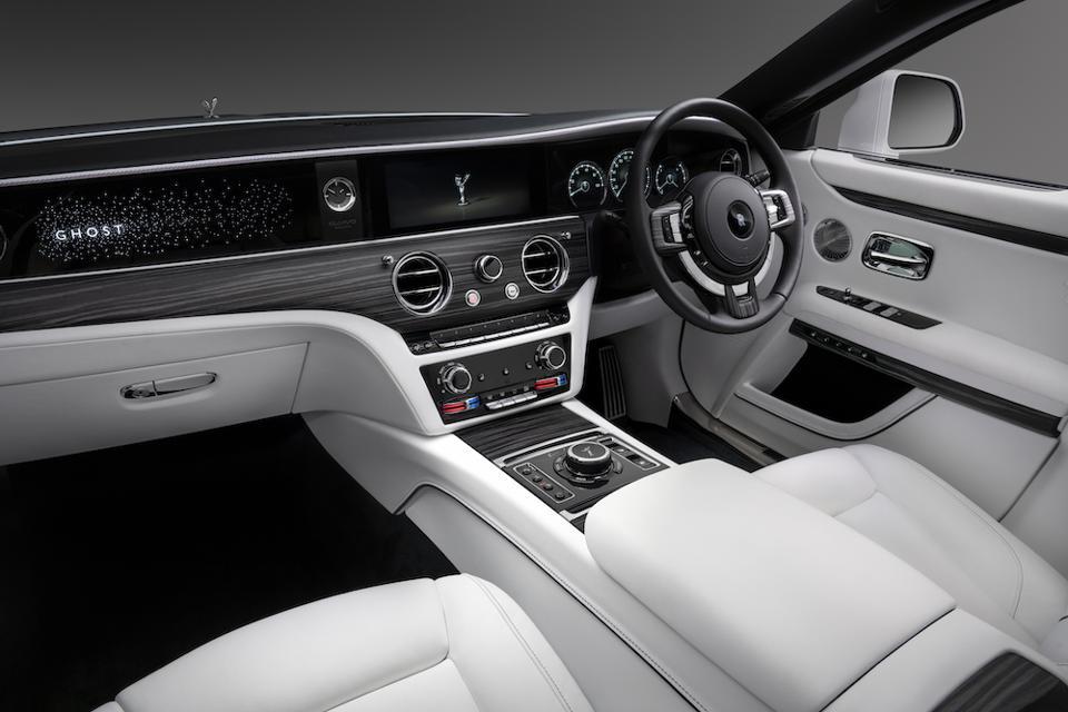 Второе поколение мощного Rolls-Royce Motor Cars представлено в 2020 году моделью Rolls-Royce Ghost - автомобиль марки Luxury