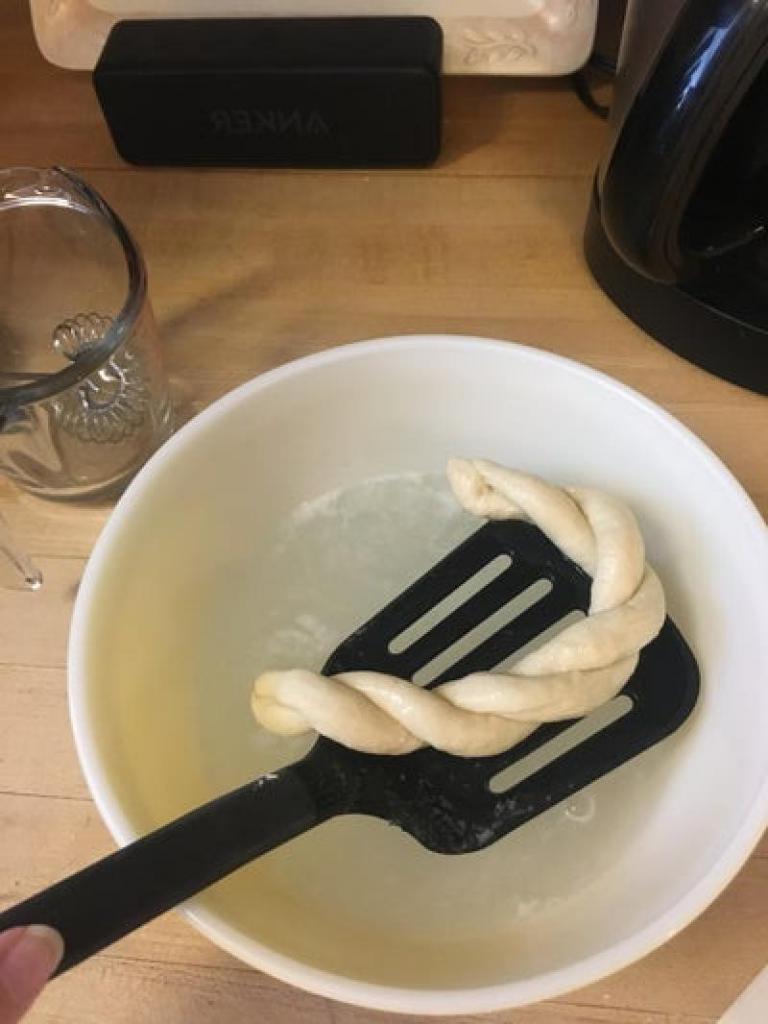 Мягкие и в то же время хрустящие крендельки к праздничному столу: порадуйте своих близких необычной закуской