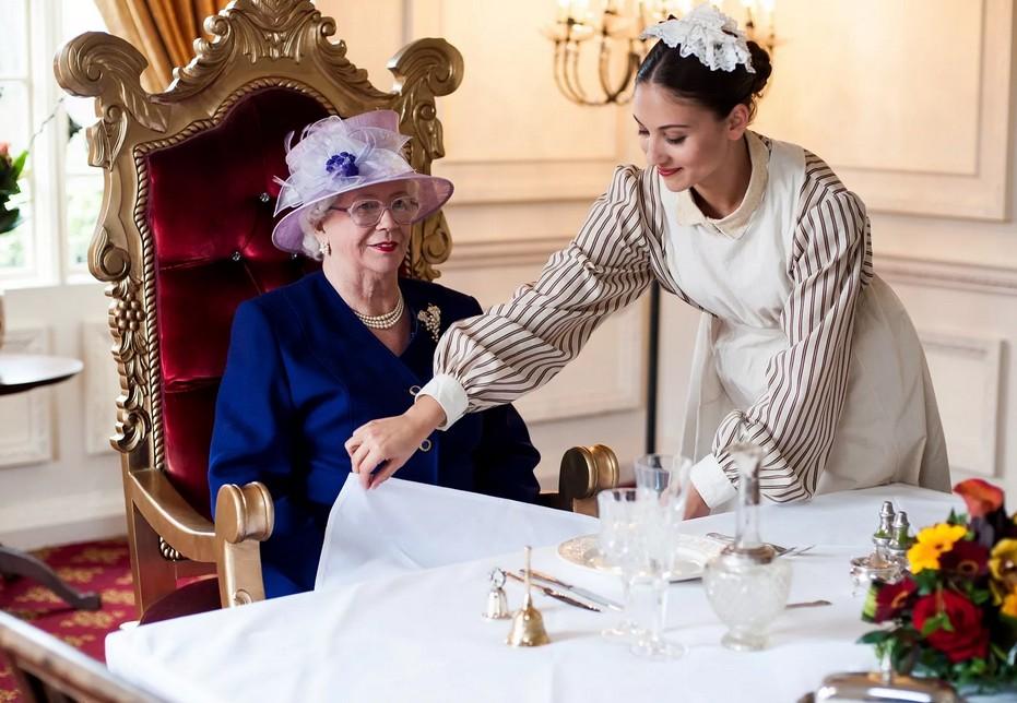 Британская королева ест гамбургеры очень специфически - без булочки