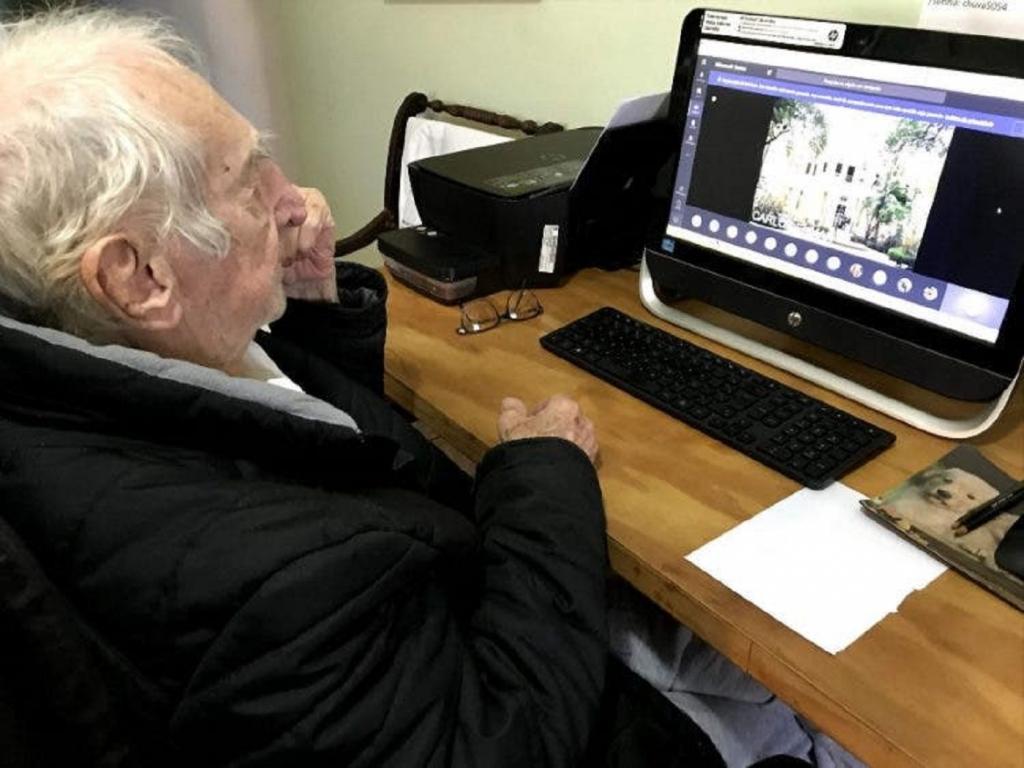 Несмотря на свой возраст, 92-летний мужчина получает образование архитектора и даже осваивает уроки в онлайн-режиме