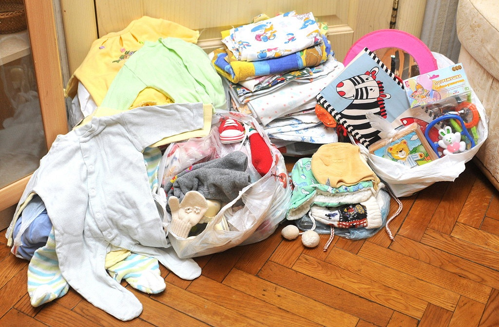 Женщина отдала детские вещи подруге даром: та даже спасибо не сказала и принялась их продавать