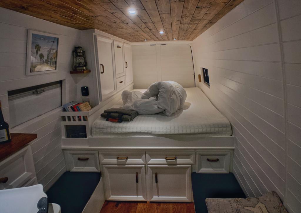 Пара купила старый фургон и сделала из него очень уютный дом на колесах: заглянем внутрь