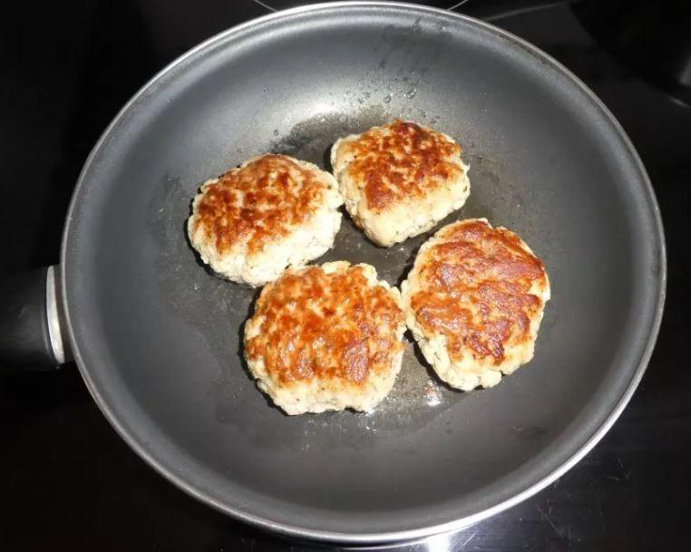 Тефтели с песто, запеченные с сыром на подушке из овощей. По выходным балую семью вкусным и сытным ужином