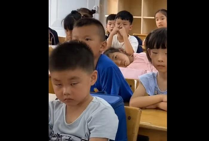 Мальчик на уроке отчаянно боролся со сном, но проиграл ему (смешное видео)