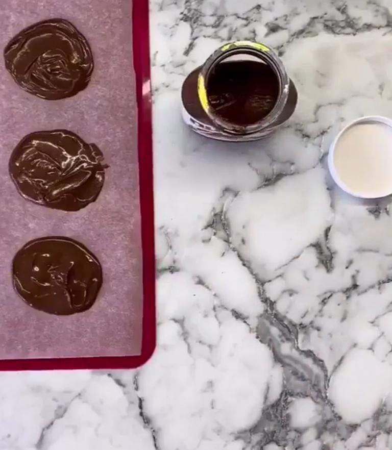 Раньше шоколадная начинка в панкейках всегда растекалась по сковороде и пригорала: жалко, что я не догадывалась положить ее в морозилку