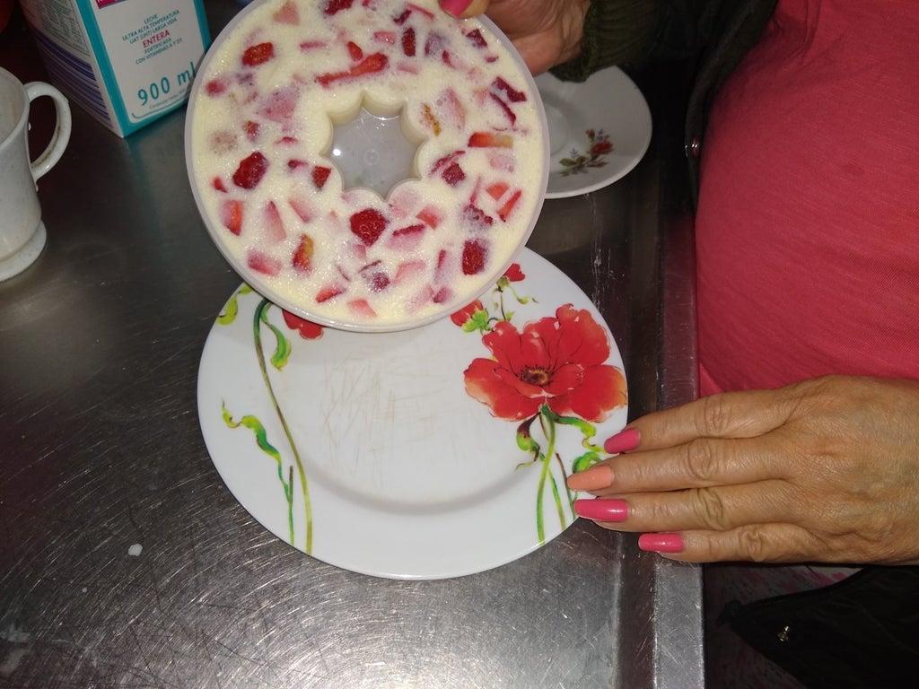 Яркий десерт из желе и клубничного мороженого: заинтересует и порадует любого ребенка