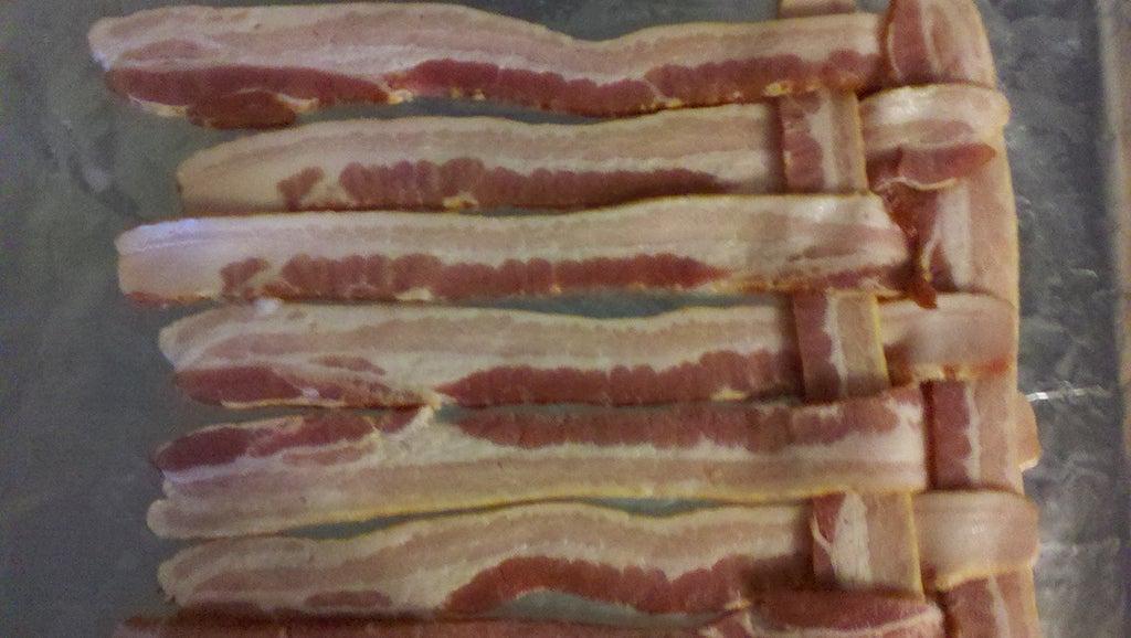 Для украшения салатов или мясных блюд использую плетенку из бекона: приготовить ее несложно, достаточно следовать простой инструкции