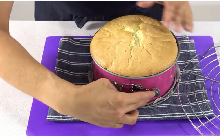 Фантастический высокий бисквит всего из 3 ингредиентов: сахара,муки и яиц. Растет в духовке, как на дрожжах