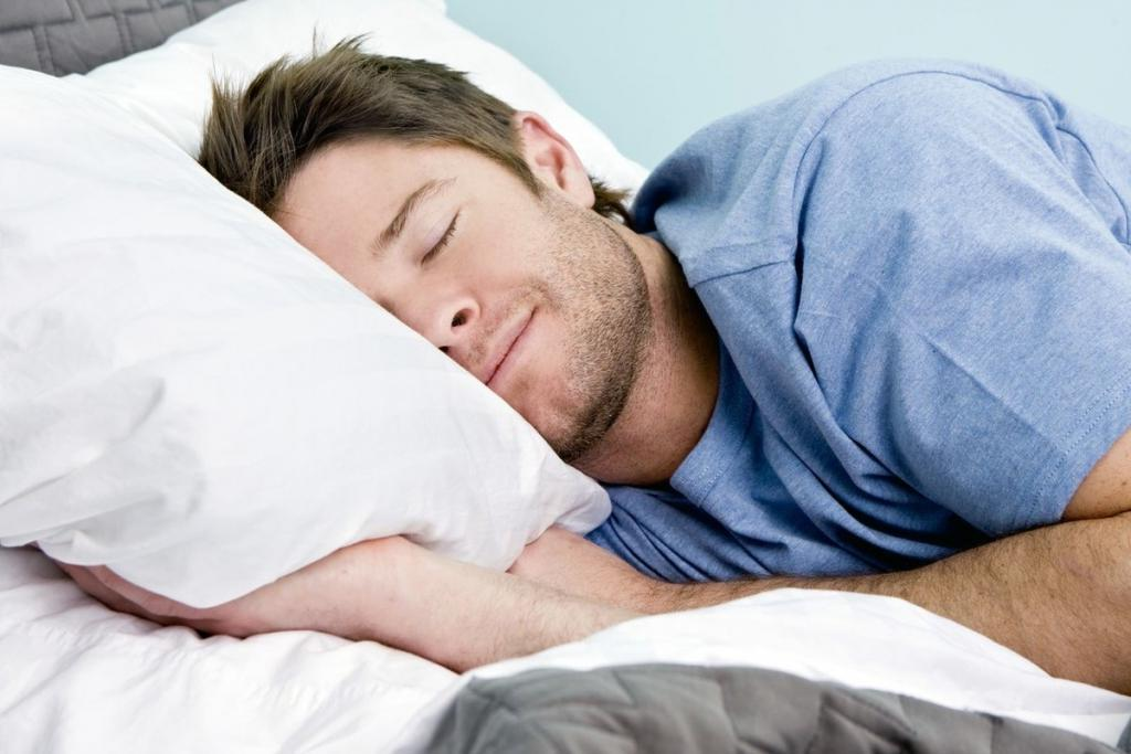 Горячий душ перед сном поможет расслабиться и уснуть. Как справиться с бессонницей