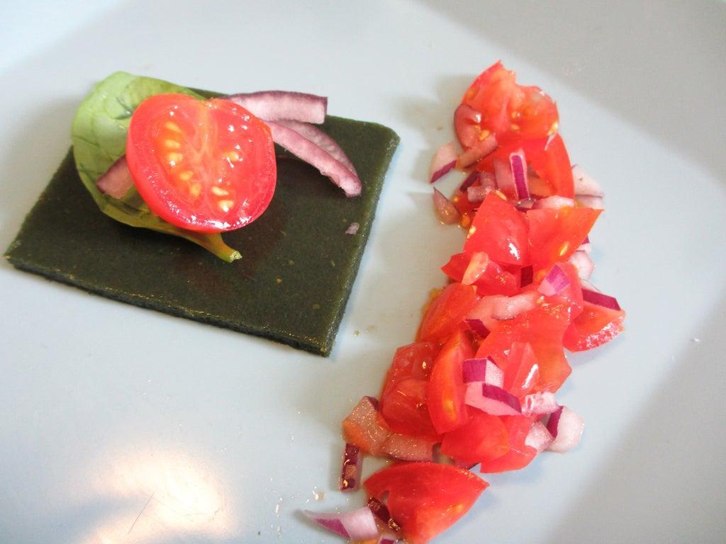 Интересная закуска из свежего шпината: превращаю зелень в желе и подаю с помидорами