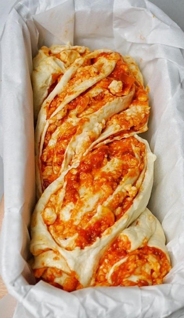 Пиццу готовлю по-особому: тесто с начинкой заворачиваю в рулетик и выпекаю