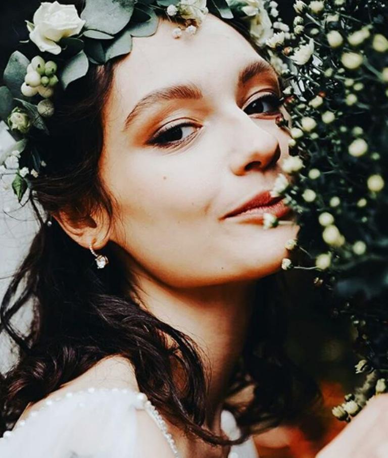 Мария Михалкова-Кончаловская показала свои свадебные фото и жениха. 19-летняя невеста была очаровательна