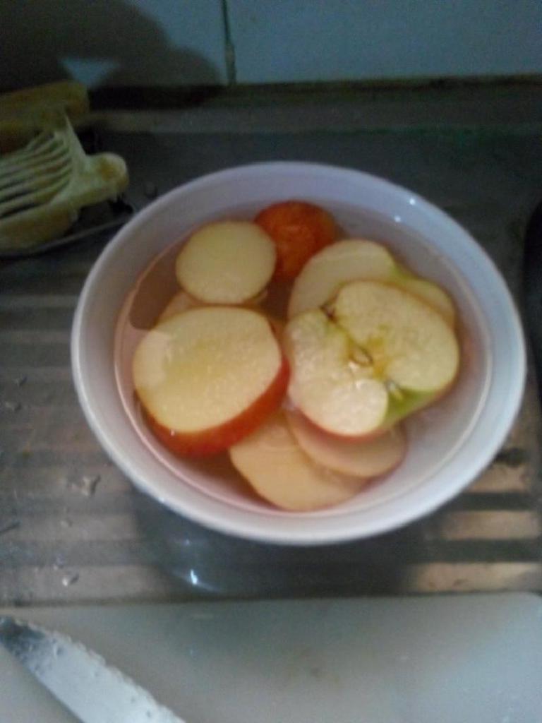 Деткам готовлю простой, но очень вкусный десерт: яблочки с арахисовой пастой на шпажках