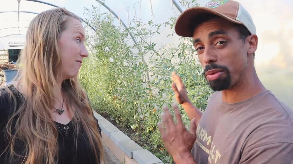 Они живут за счет земли: 6 лет назад пара переехала в небольшую юрту за городом