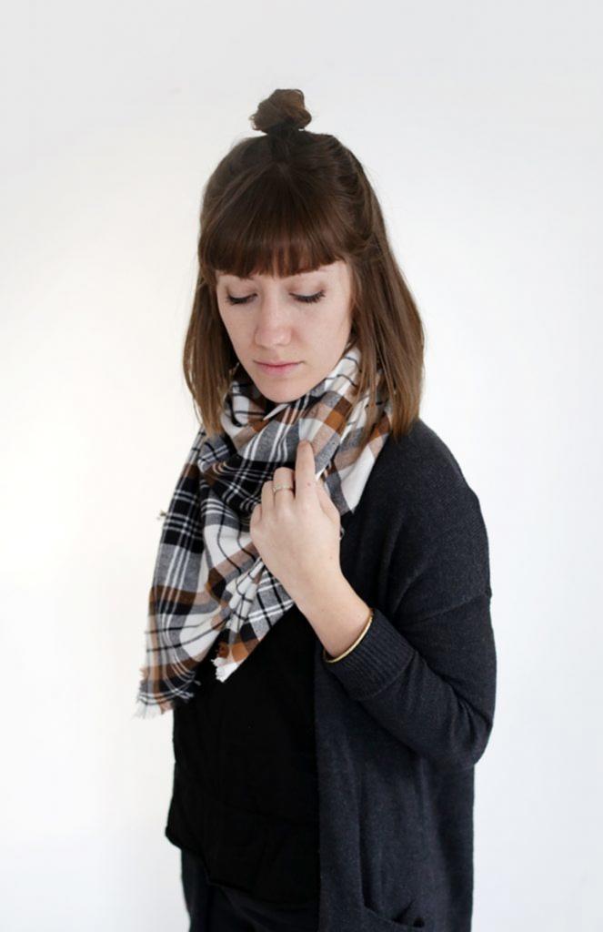 Из приятного фланелевого одеяла я сама сделала себе шарф, который подходит и по расцветке, и по размеру. Всего немного усилий, и к холодам готова