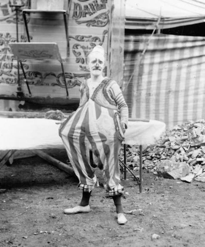 Так выглядела жизнь бродячего цирка 100 лет назад: фото