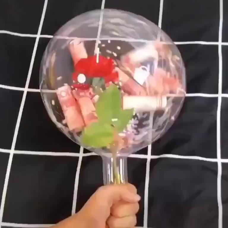 Удивила подругу букетом с сюрпризом внутри: нужно лопнуть, чтобы получить его