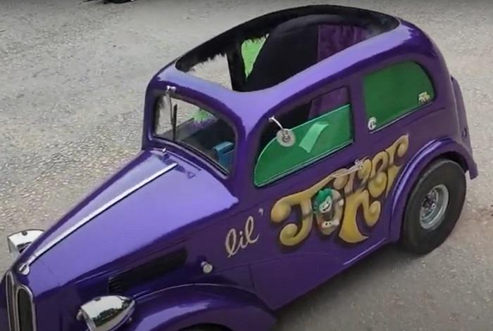 Мужчина узнал, что у него будет сын: он переделал детскую коляску в мини-копию семейного автомобиля