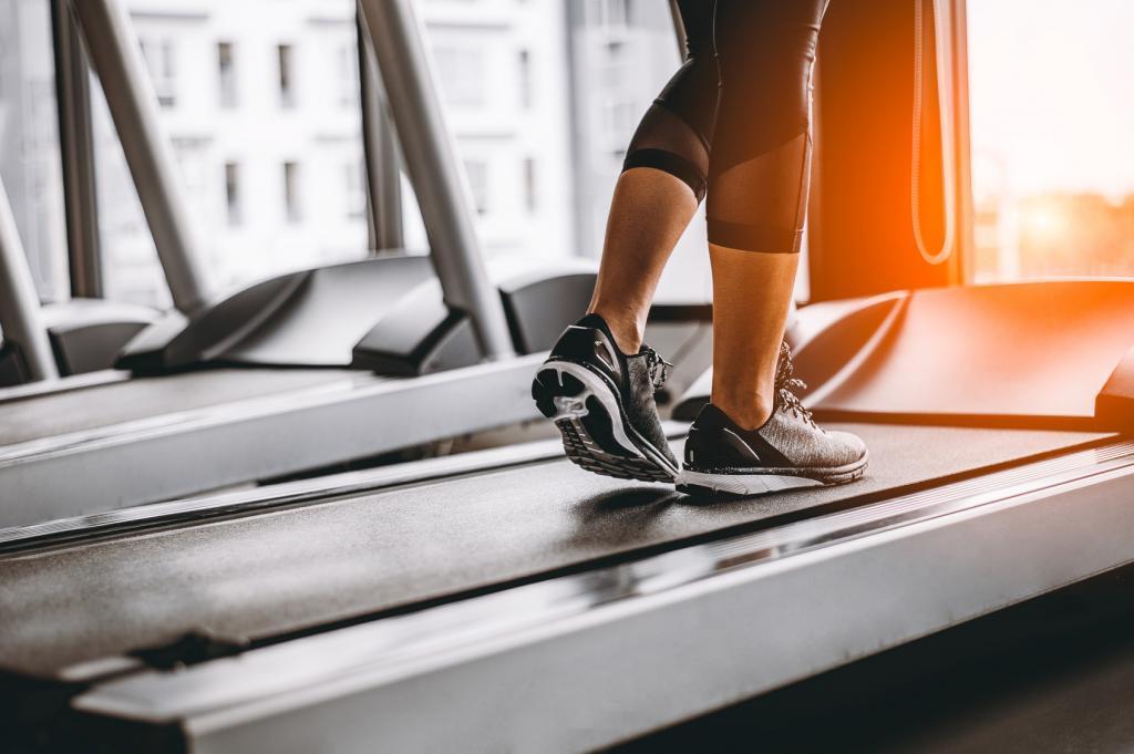 """Что лучше, пробежка на улице или по дорожке в спортзале? Есть """"за"""" и """"против"""" в отношении потери веса и пользы"""