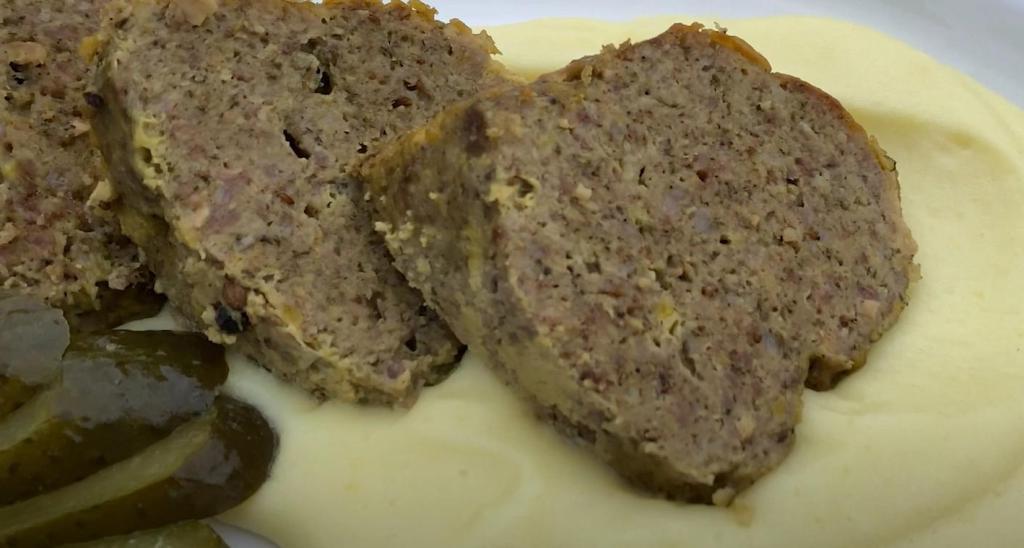 Попробовала приготовить мясной рулет с чесноком и горчицей в виде пирога. Получилось красиво и вкусно