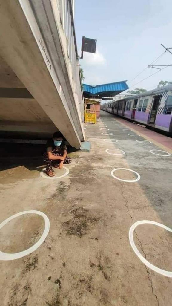 Творческий склад ума художника: на вокзале Бенгалии появились круги социальной дистанции в самых забавных и неожиданных местах (фото)