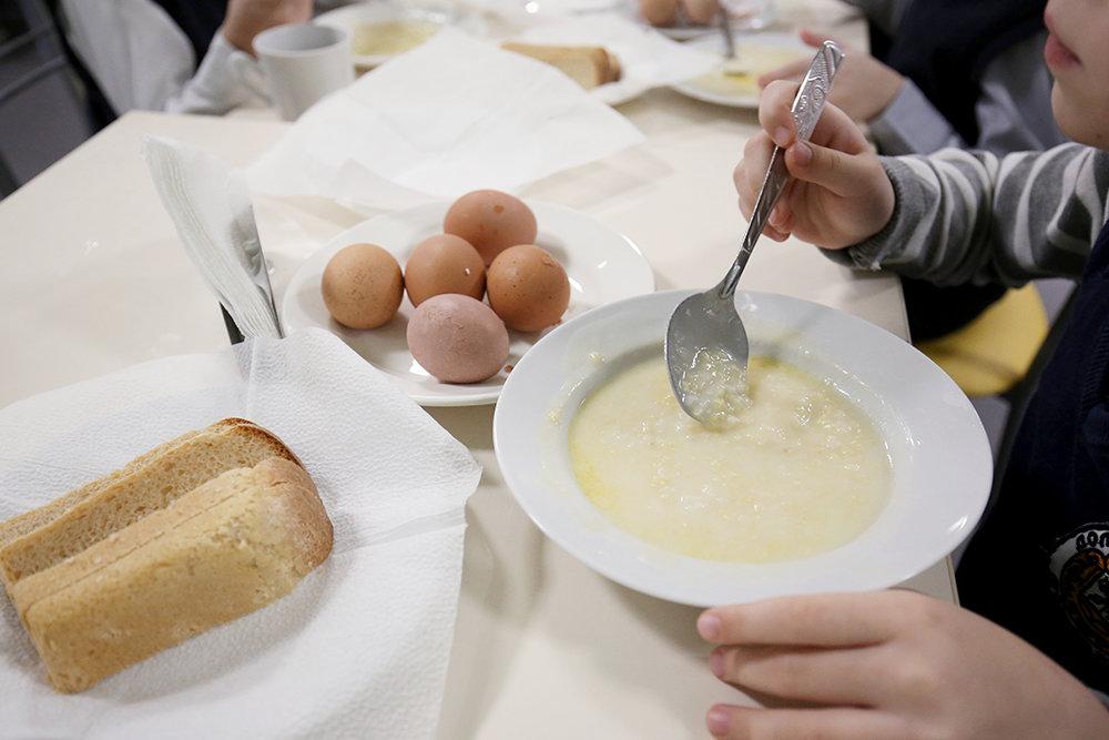 Горячее питание и 2 столовых ложки сахара в день: Роспотребнадзор выпустил памятки правильного питания для школьников
