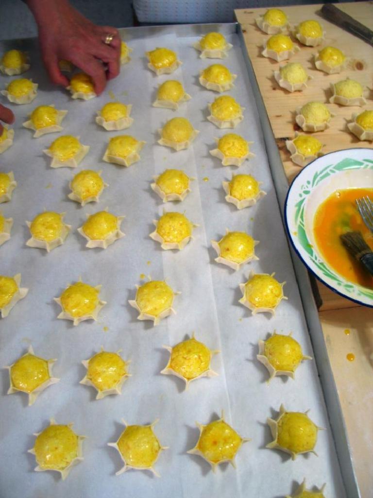 На завтрак готовлю для всей семьи традиционную итальянскую выпечку — сырники в корзиночках из тонкого теста