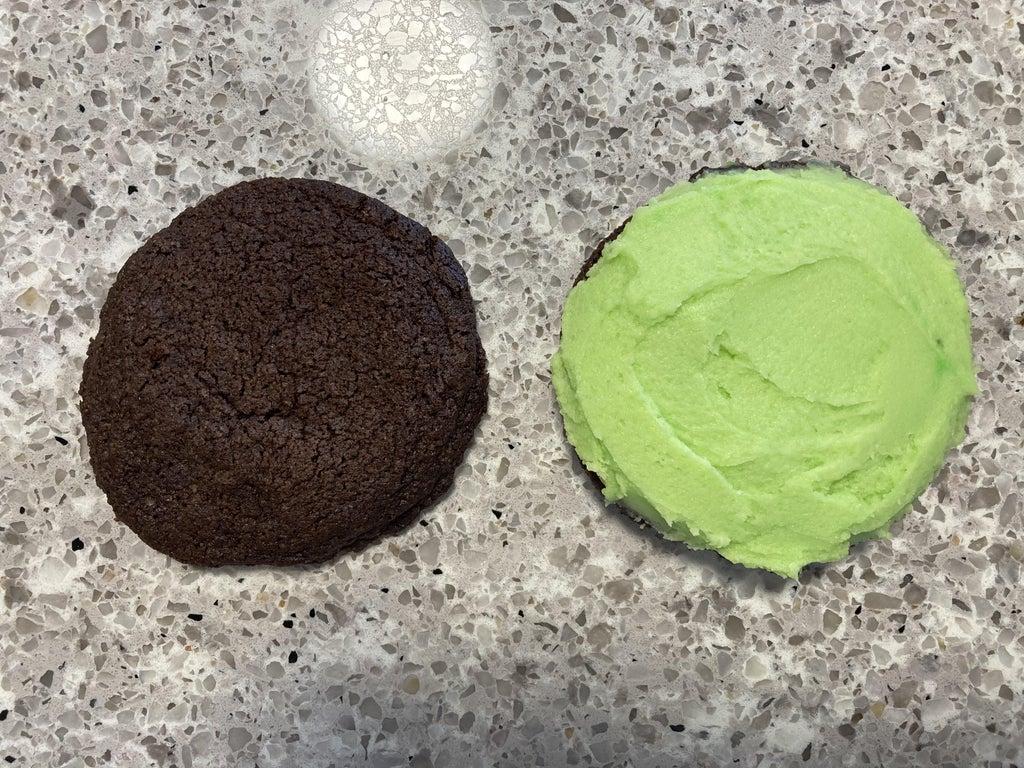Шоколадное печенье-сэндвич с мятным кремом: пальчики оближешь