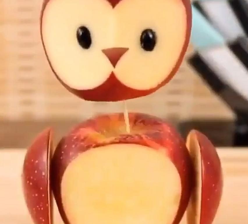 """Есть фрукты дочь не заставляю – просит их сама: все благодаря забавному """"совенку"""" из яблок"""