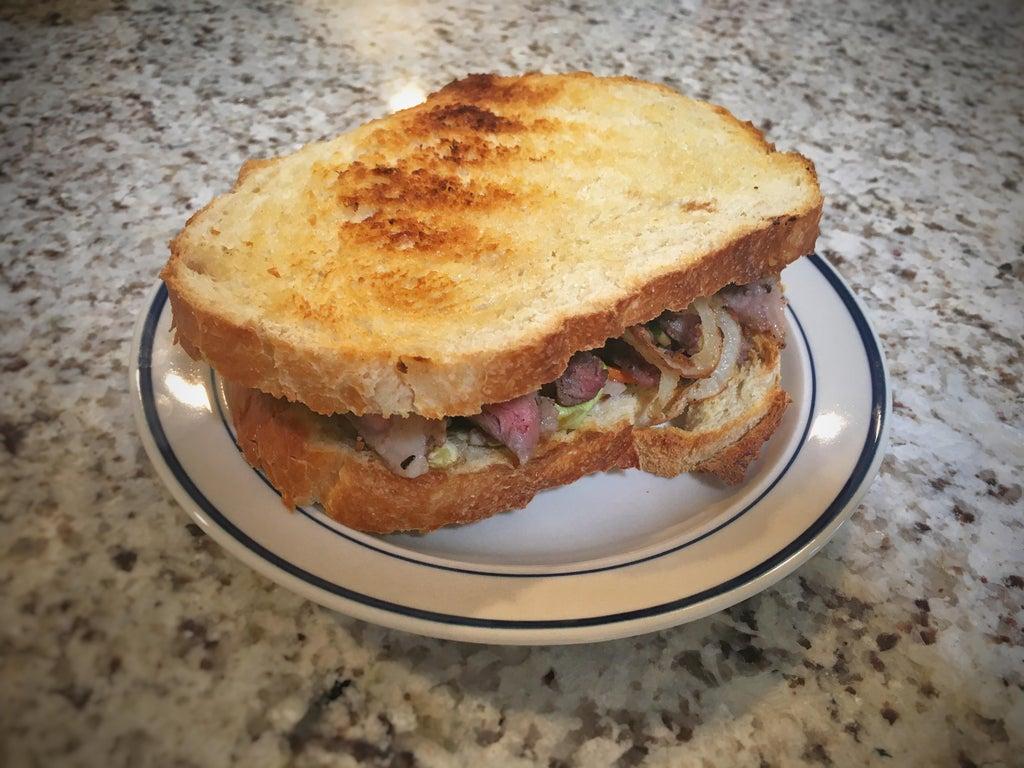 Бутерброд с луковыми кольцами и мясом: чтобы лук не оставлял неприятное послевкусие, его надо замочить в молоке