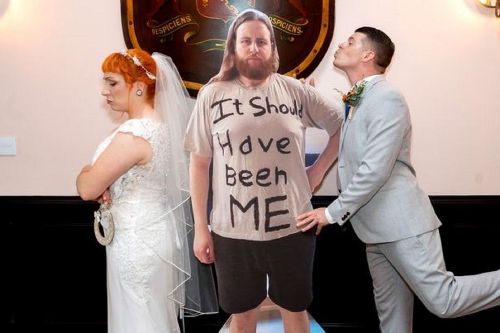 Молодожены нашли способ обойти ограничение по количеству гостей на свадьбе с помощью картона (фото)